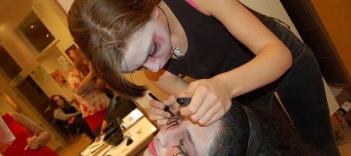 Die jungen Frauen lernen professionell zu schminken