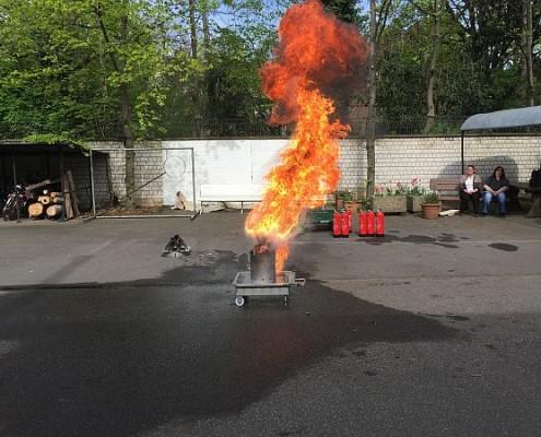 Simulation Friteusenbrand: Löschen mit Wasser streng verboten!