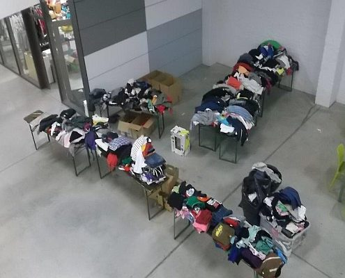 Teil der Kleiderspende der Sammelaktion einer Kölner Fangruppe
