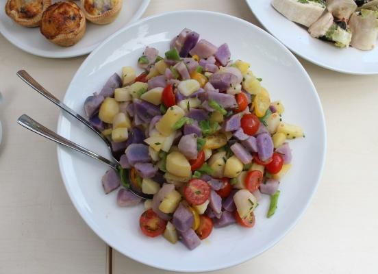 Foto: Dorothea Heiermann // Stadt Köln // Bunter Kartoffelsalat mit Gartentomaten